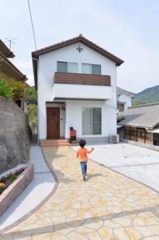【新築施工事例】無垢材と漆喰でナチュラルライフを実現!洋風瓦が印象的な南欧風住宅<前編>
