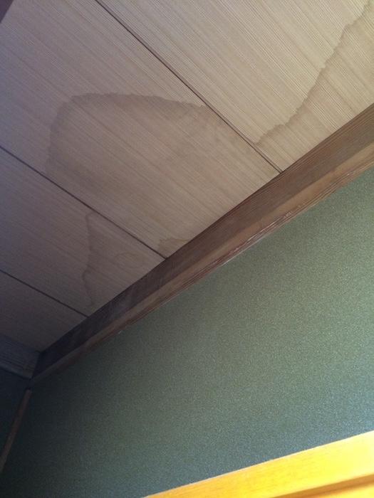 突然の屋根の雨漏りに!室内でできる応急処置法と修理業者を呼ぶ前にやっておきたいことをお教えします!