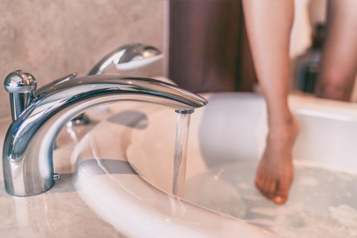 入浴中の死亡者数はなんと交通事故死亡者数の約4.5倍!血圧の乱高下を引き起こすヒートショックにご注意!